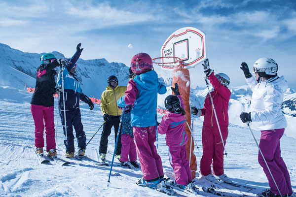 Who hits the basket. The children throw snowballs into the basketball hoop of Elsigen-Metsch